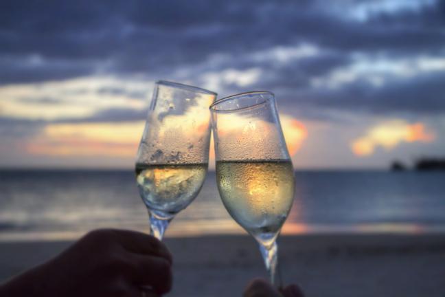 beach-champagne-clink-glasses-2145_Fotor